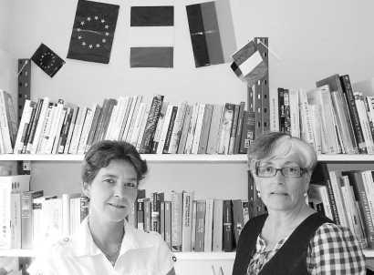 Die Bibliothekarinnen Nathalie Levet (links, Leiterin) und Christine Vorlet erwarten viele Deutschlandfreunde für ihre neue Bücherecke. Bild: Ferrechat